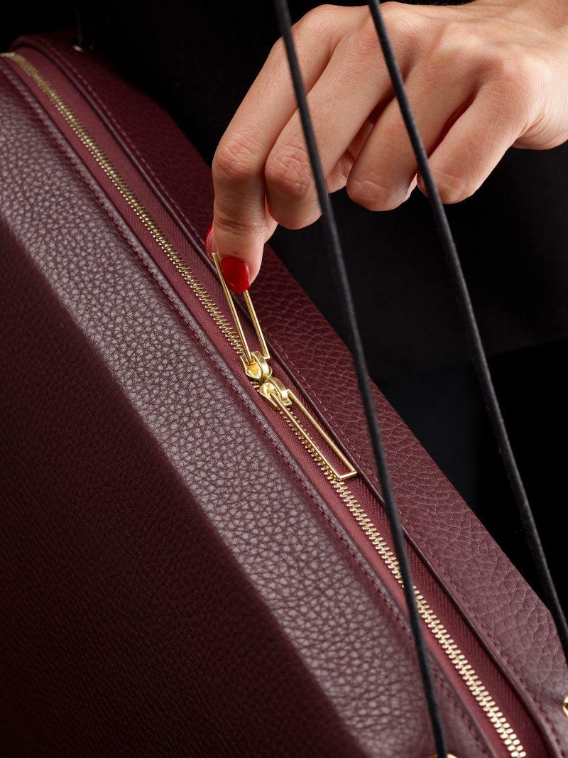 LINDEN 43 shoulder bag in burgundy calfskin leather | TSATSAS